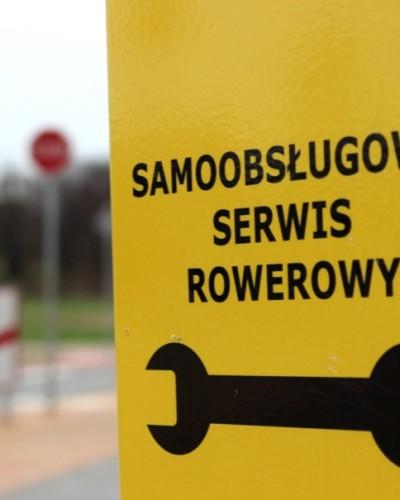 """Rowerzyści w Żorach mają """"z górki""""! Zainstalowano trzy samoobsługowe stacje napraw rowerów"""